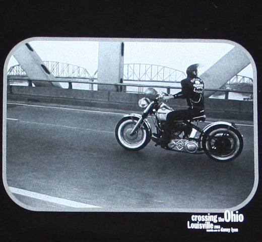 [FOTOFOLIO] Danny Lyon / Crossing the Ohio Tee (Black)